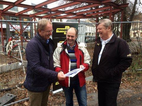 LYST: - Nå ser det virkelig lyst ut for Viken Aurora, sier daglig leder Trond Bakke (midten), her sammen med Tønsberg-ordfører Petter Berg (t.v.) og styremedlem Kaare Hermann Blom.