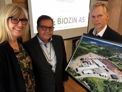 KINDEREGG: - Dette er jo et Kinderegg, sa regiondirektør i NHO, Kristin Saga, om Bergene Holms biozinsatsing. I midten fylkesmann Per Arne Olsen og til høyre daglig leder Lars F. Askheim, med bilde av anlegget i Hof, hvor en av fabrikkene ønskes bygd.