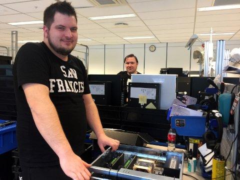 SKRUR PC'ER: Kai Henriksen og André Olsen (bakgrunnen) skrur daglig 15-20 PC'er hver for Komplett PC.