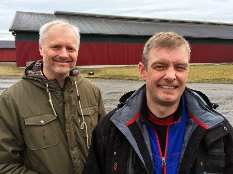 KORTREIST: Rolf Erik Mikaelsen (t.v.) i Vestfoldmøllene og bonde Sigbjørn Grøtterød har stor tro på kortreist fôr til lokale bønder.