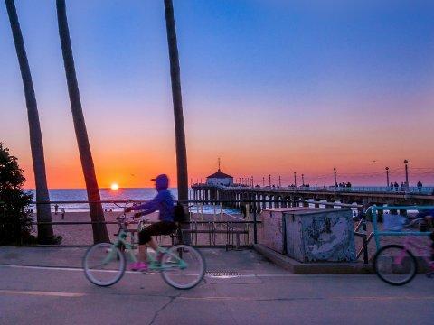STRANDPARADIS: Det koster å være kar i Manhattan Beach, California. Men en sykkeltur langs stranda er nesten gratis.