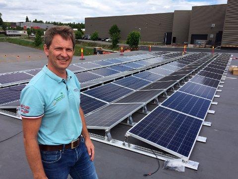 TROR PÅ VEKST: - Nå øker etterspørselen etter solenergianlegg, tror Jon Nordbotten i Borgeskogen Elektro.