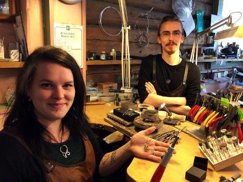 DRØMMEN: - Vi håper etterhvert å kunne starte verksted og butikk sammen, sier Marie Mathisen Tveito og Eirik Simonsen. Bildet er tatt på verkstedet i butikken til Gullsmed Ragnar Rønning i Tønsberg.
