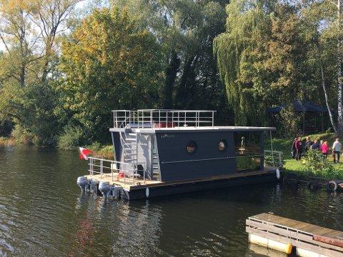 MODERNE: Tor Lie og Arild Einang falt for det funkis-aktige utseendet til husbåten.