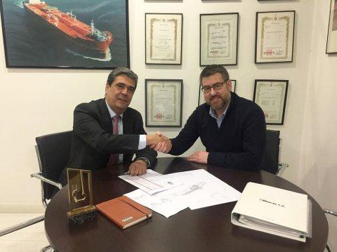 SPANSK SUKSESS: Direktør i  spanske Redcai, Luis Pinilla (t.v)  og salgssjef i  Jotron, Vegar Ek Pettersen.