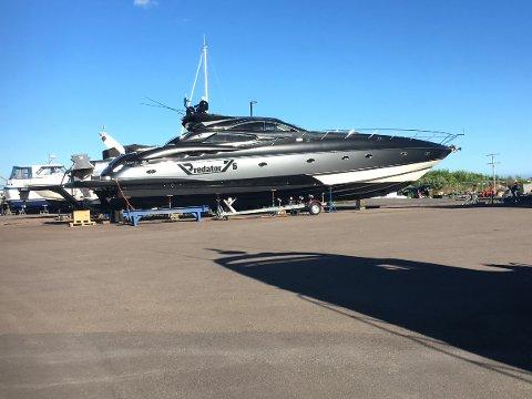 Selv normalt store båter ble små ved siden av denne farkosten da den lå på Jarlsø. Nå kan den bli din, hvis du har sju millioner å bruke på båt. Foto: Tor Aslesen
