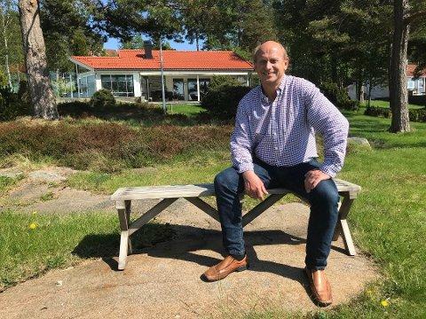 SPENT: Eiendomsmegler Tore Solberg i EiendomsMegler 1 Sandefjord kan se frem til varmere tider. I fjor solgte megleren rekordmange og dyre sjøhytter i Vestfold.