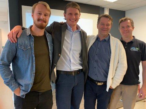 FORNØYDE: Nicolay Ingebretsen (fra venstre) og Martin Kolbrek fra rådgiverselskapet Finova hjalp Willy Kronborg og Roger Kronborg fra utbyggeren Villapartner med å ta opp et lån via FundingPartner.