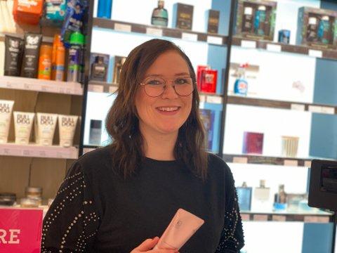 JOBBEN MIN: Connie forteller at hun har drømmejobben som butikksjef for Vita på Re–Torvet.