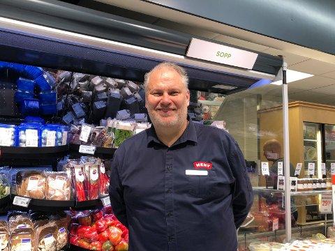 TAR VARE PÅ KUNDENE: For kjøpmann, Pål Jacobsen, er det viktig å være en butikk som tar vare på kundene sine og skiller seg ut. Han har mange hjertesaker og er er stolt over å være den første butikken som gjorde det mulig for kundegrupper å handle før åpningstidene i korona-tiden.