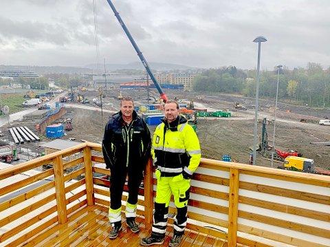 FØLGER MED: Harald Thorsen og Lars Firing i entreprenørfirmaet Firing & Thorsen AS har kort avstand fra driftskontoret til byggeplassen på Fornebu i Bærum. Her skal det bygges tusenvis av boliger.