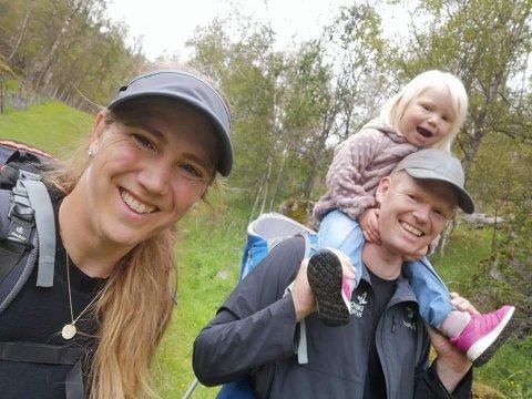 HØYSESONG: Tine Raisbæk vet at sommermånedene blir travle, men hun setter også av tid sammen med mannen Henning Haugen og datteren Diana (snart 3).