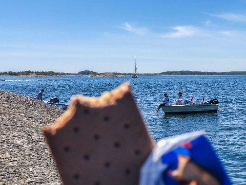 FRA BÅT: Mang en båtturist har i sommer blitt oppsøkt av de to isselgende guttene, og kjøpt en godbit. Som for eksempel en sandwich-is, som her nytes på Lindholmen.
