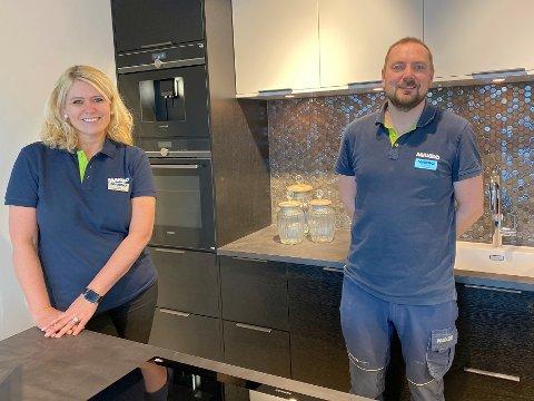 POPULÆRT: Maxbo Tønsberg er det første varehuset i kjeden som tilbyr kjøkkenløsninger fra produsenten Norema. Teamleder og ansvarlig for kjøkkensatsingen, Rose Kolstad, sier at kundene har tatt svært godt imot den nye satsingen. Til høyre: varehussjef Christopher Vejle.