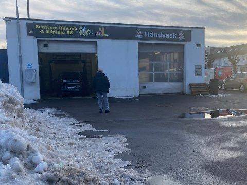 NYTT SELSKAP: Sekandar Moradi er i gang igjen etter konkursen, men nå jobber han i konas nyetablerte enkeltpersonforetak. De gamle skiltene har ikke blitt fjernet enda.