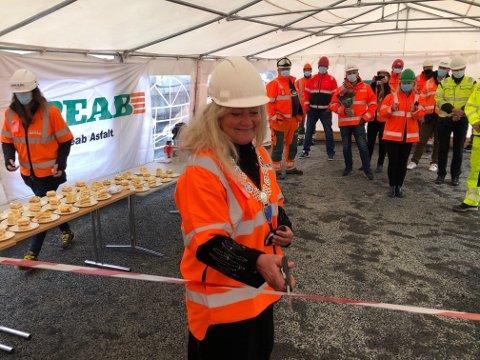 MERKEDAG: Ordfører Anne Rygh Pedersen stod for snorklippingen onsdag da starten av Peabs produksjon av miljøvennlig asfalt i Tønsberg ble markert.