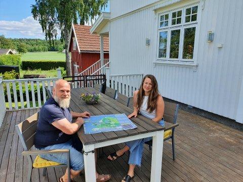 HAR UTVIKLET: Eirik Belaska og Kristine Strange Johansen står bak brettspillet HEKKspedisjonen, det første av foreløpig tre.