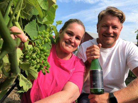 VINPRODUKSJON: Ekteparet Cecilie Skjerven og Bjarne Kapstad Trollsås tok sjansen, satset og kan nå levere musserende hvitvin fra egen gård i Sandefjord.