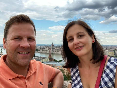 Ekteparet Kenneth Pettersen og Zsófia Palm fikk satt dose nummer to med Pfizer-vaksinen i Ungarn og fikk status som fullvaksinerte seks uker før planen.