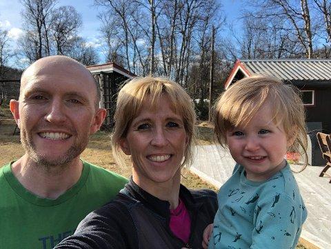 FAMILIE PÅ TRE: Anette Norsett-Carr og Iestyn Carr sammen med datteren foran huset på Glåmos.