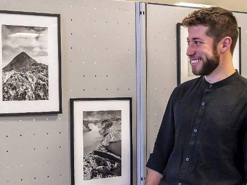 Stiller ut: Arnaud Lefrancois stiller ut foto i Ås bibliotek.