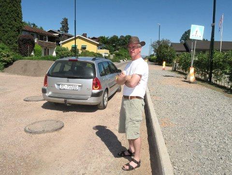 FORHØYET FORTAU: Svein Erik Lillelien og de andre beboerne ved Bleikeråsen venter nå på at asfalten skal komme.