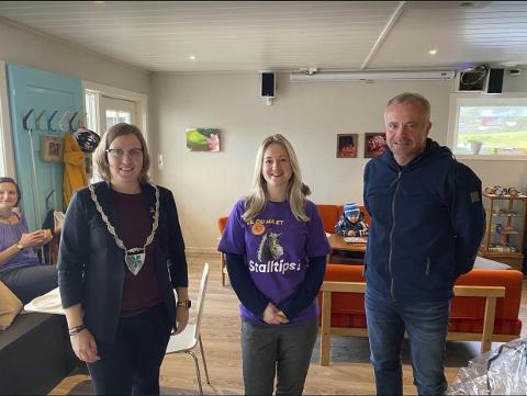 To ordførere: Elise Finnøy Kvisvik (midten) fikk besøk av tingvollordfører Ingrid Waagen (på oppdrag) og kristiansundsordfører Kjell Neergaard (på besøk).