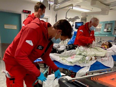 FORT: Da man først skjønte alvoret, gikk det fort med ambulansepersonell, helikopter og det som var nødvendig for at Ino Lundblad Moi (11) skulle klare seg med minst mulig  skader etter sykkelvelten.