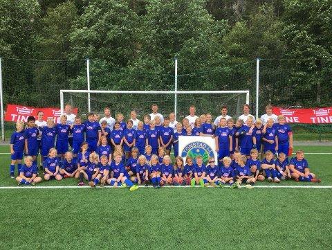MANGE MED: Denne gjengen hadde en strålende opplevelse på Tine sin fotballskole.