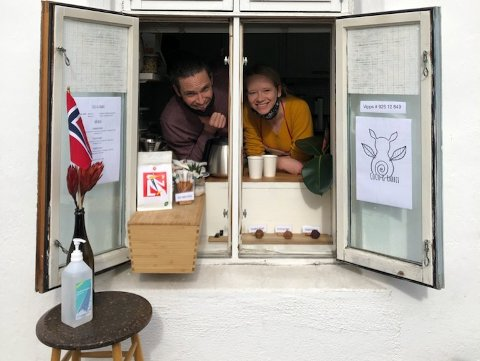 Jeff Frieders og Maimu Berezkina har skapt sitt eget konsept. Nå serverer de forbipasserende på Kampen fra kjøkkenvinduet.