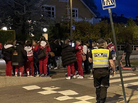 SAMLING: Oppimot 200 russ var samlet i Vigelandsparken søndag kveld.