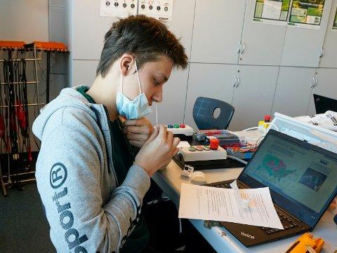 STRESS: Rektor ved Nydalen videregående skole, Linn-Siri Jensen, føler det er både og med hurtigtesting. Hun synes det er fint at elevene får være mye på skolen, samtidig som det medfører en del stress og frykt. Dette er et illustrasjonsbilde. Bilde er tatt i testperioden for massetesting av elever på Kuben yrkesarena i Oslo.