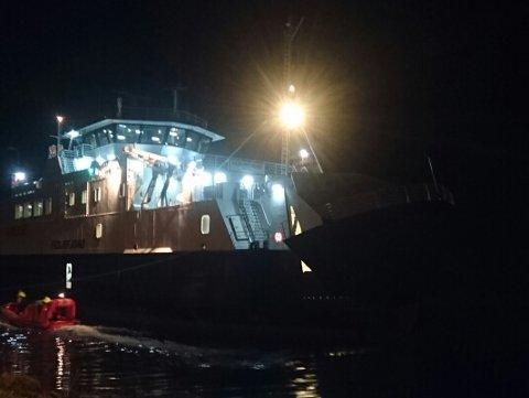MF «Fedjefjord» gjekk tysdag kveld på grunn like ved ferjekaia på Sævrøy. Foto: NH-tipsar