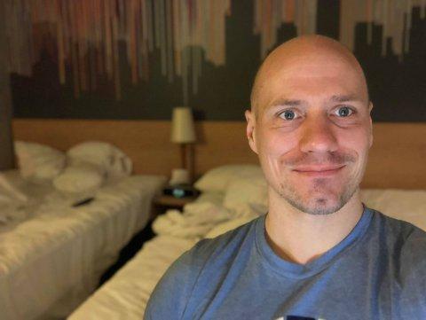 Stian Birkestrand frå Austrheim har tilbrakt to veker åleine på eit hotellrom.