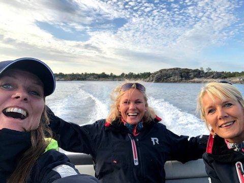 Herleg å vera på bøljan blå i eiga skute over Lurefjorden og klare for nye loffe-eventyr, synest Bente, Gunn og Oddrun.