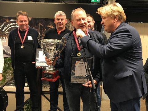 Terje Andreassen mottar pokal og gullmedalje fra VM-konferaniser Jørn Hoel
