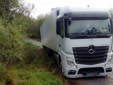 Denne hvite traileren står fast i Humørløypa ved Høglia i Bodø. Sjåføren hadde fulgt lysløype-skiltene til Bestemorenga.
