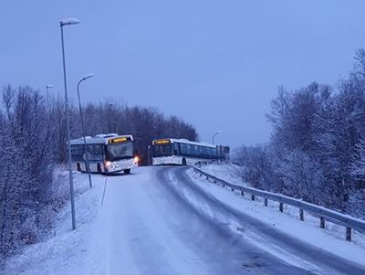 En buss har kjørt ut av veien på Hunstad.