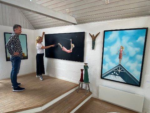 Selger godt: Galleristene Siri Nilsen og Bjørn Wiik har blant annet solgt godt av bildene til Tom Erik Andersen.