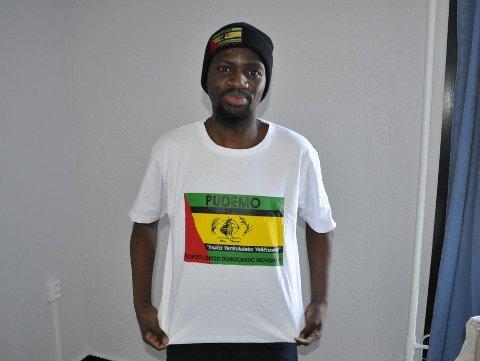 Bheki med T-skjorten som myndighetene mener det er jevngodt med terrorisme å gå med.