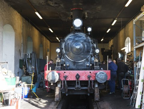 Lokomotivet fra 1913 er for lengst gjort klart, og det var allerede i sving i går. Alt er klart til første ordnære kjøredag denne søndagen. (Foto: RUNE JOHANSEN)