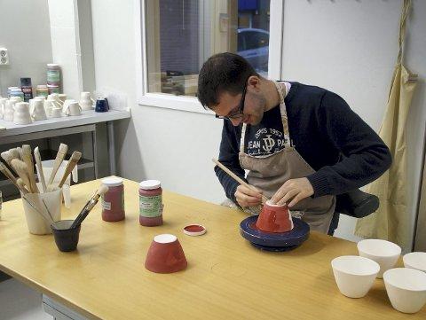 Julegaver: Erlend Johan Thorsen (25) har jobbet på keramikkavdelingen i snart seks år. – Jeg liker å lage ting og har blitt litt proff på det nå. Mye som vi lager her kan være fine julegaver, sier Thorsen og smiler lurt.