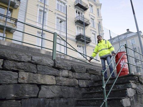 Hvor gammelt gjerdet oppe på muren er, er uvisst – men at det skal gjøres sikrere enn dette, er hevet over tvil. (Foto: TOM R. HJERTHOLM)