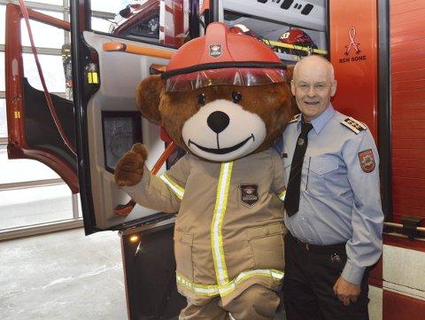 Brannsjef Leif Linde tar et godt tak i sin nye medarbeider som han vet får en viktig rolle i årene fremover.  (Foto: TOM R. HJERTHOLM)