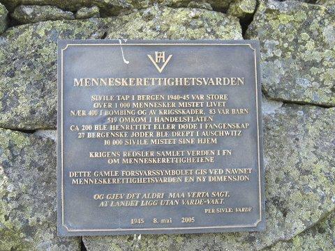 Det var daværende lagmann Hanne Sophie Greve som i forbindelse med 60 årsjubileet for 8. mai 1945 tok initiativ til en bronseplate på varden. (Foto: ERIK INGVALDSEN)