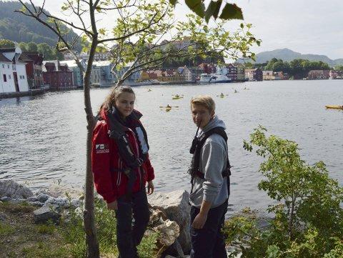 Emma Furland (19) og Theodor Eide (18) er hovedinstruktører på disse to ukenes sommerskoler i regi av Redningsselskapet i Sandviken. (Foto: TOM R. HJERTHOLM)
