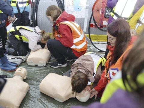 Her lærer barna hjerte- og lungeredning. Instruktører fra Røde Kors tar seg god tid til å lære sjetteklassingene det helt grunnleggende. (Foto: TOM R. HJERTHOLM)