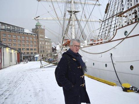 Stiftelsen Seilskipet Statsraad Lehmkuhls styreleder, Bernt- Jacob Pettersen legger ofte turen innom Bradbenken for å nyte synet av Statsraaden. (Foto: TOM R. HJERTHOLM)