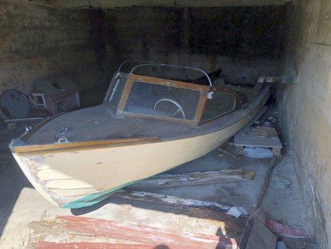 I det som en gang var den gamle mottingen på Tysnes-gården sto den vesle båten helt til man fant ut at den kunne passe utmerket for guttene i Sandviken Maritime Arena. (Foto:  PRIVAT)