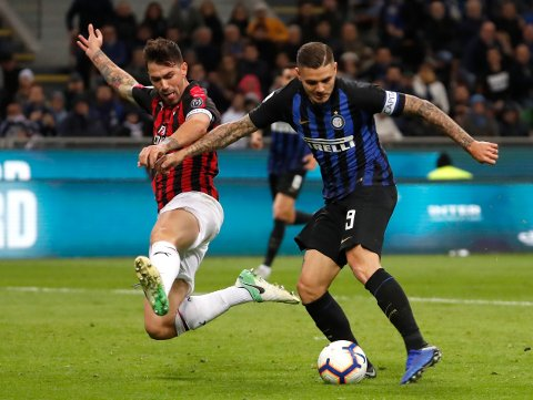 Inter Milan's Mauro Icardi, right, AC Milan's Alessio Romagnoli vie for the ball during the Serie A soccer match between Inter Milan and AC Milan at the San Siro Stadium, in Milan, Italy, Sunday, Oct. 21, 2018. (AP Photo/Antonio Calanni)